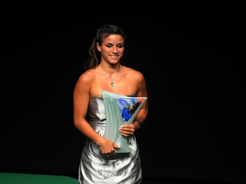 Jade Barbosa recebe o troféu de melhor atleta da ginástica artística no Prêmio Brasil Olímpico