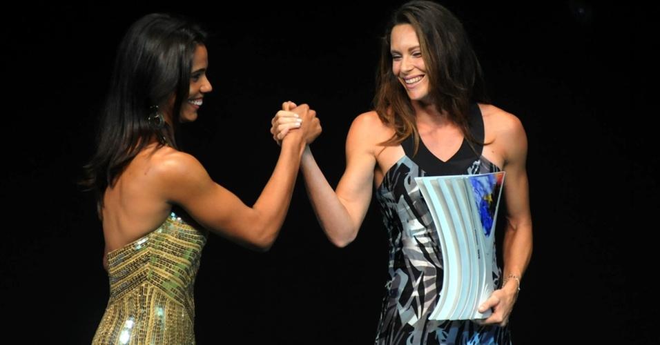 Juliana (e) cumprimenta Fabiana Murer pelo troféu de atletismo do Prêmio Brasil Olímpico