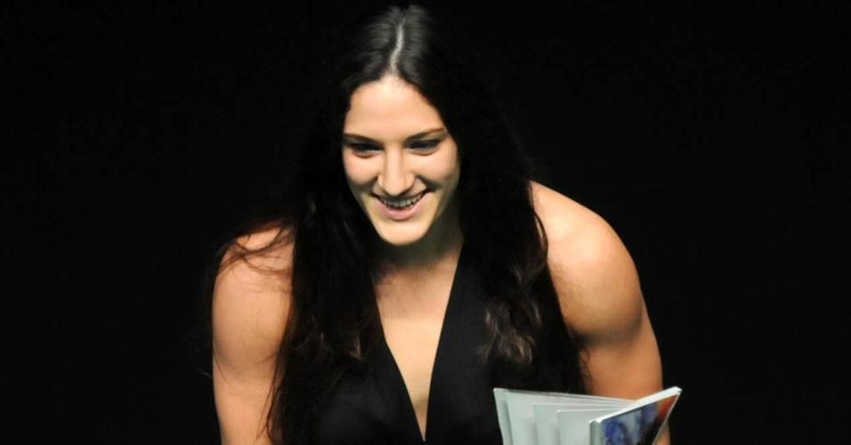 Mayra Aguiar recebe o troféu de melhor atleta de judô no Prêmio Brasil Olímpico