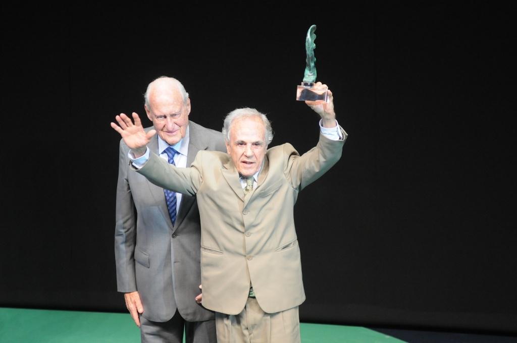 Observado por João Havelange, Eder Jofre recebe o Troféu Adhemar Ferreira da Silva durante o Prêmio Brasil Olímpico
