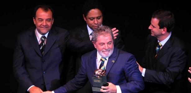 Presidente Lula é homenageado durante o Prêmio Brasil Olímpico entre Sérgio Cabral (e), Eduardo Paes (c) e Orlando Silva Jr.