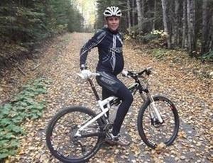 Grávida, Jaqueline Mourão treina mountain bike