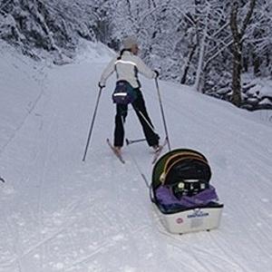 Jaqueline Morão treina esqui carregando o filho