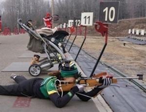 Jaqueline treina tiro com o carrinho do filho ao lado