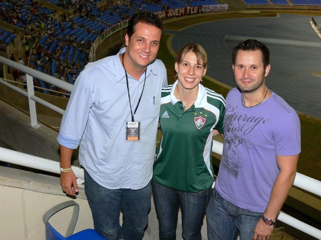 Sandro Lima, Natália Falavigna e Walassi Aires posam para foto no Engenhão