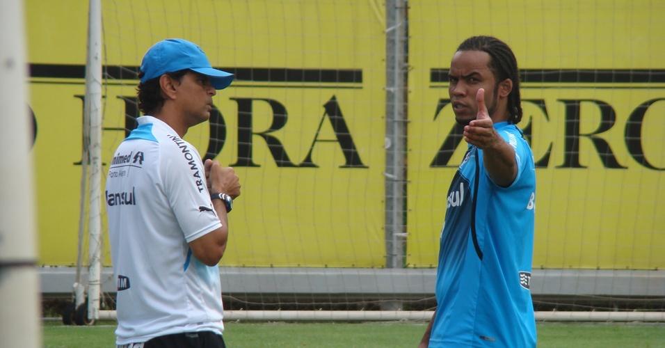 Carlos Alberto gesticula em primeiro treino no Grêmio