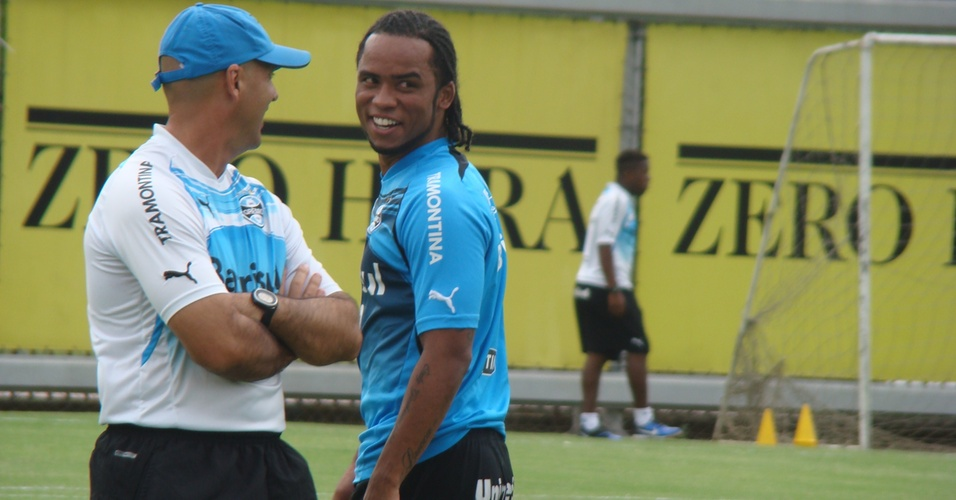 Carlos Alberto sorri em primeiro treino no Grêmio
