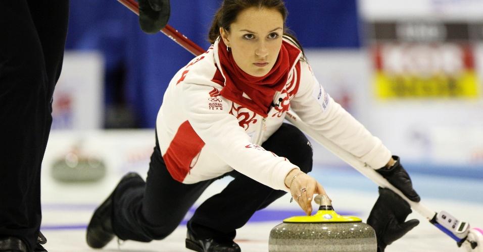 Russa Anna Sidorova capricha no visual e nos acessórios, com anéis e pulseira para lançar a pedra da