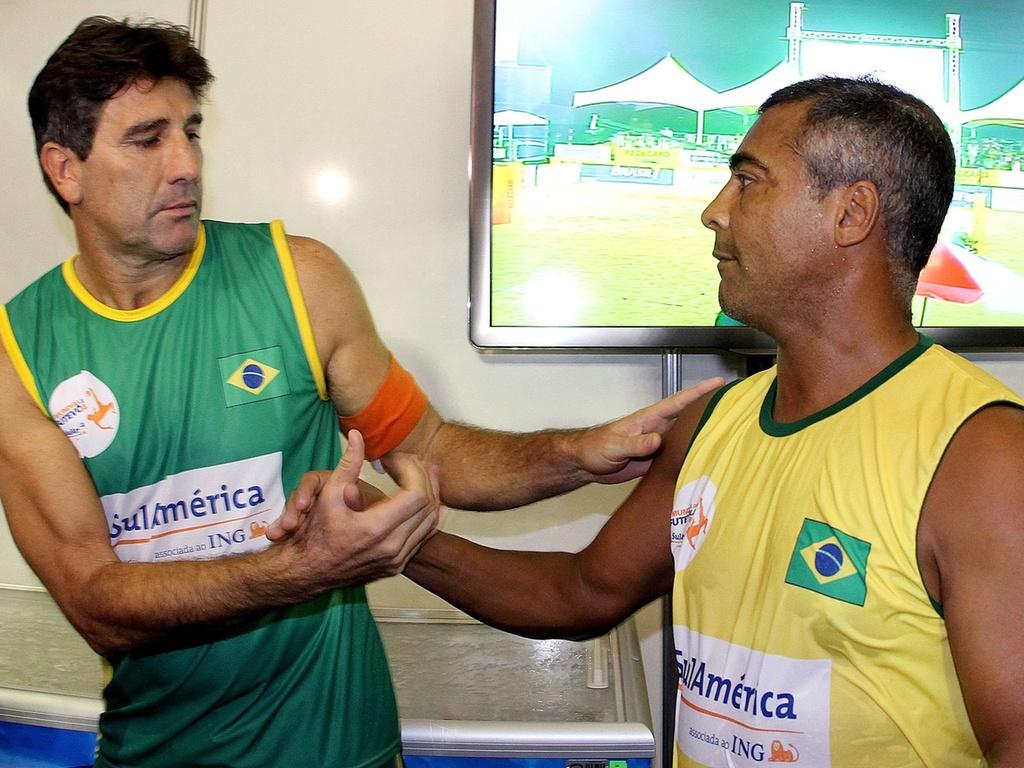 Renato Gaúcho e Romário se cumprimentam durante o Mundial de futevôlei