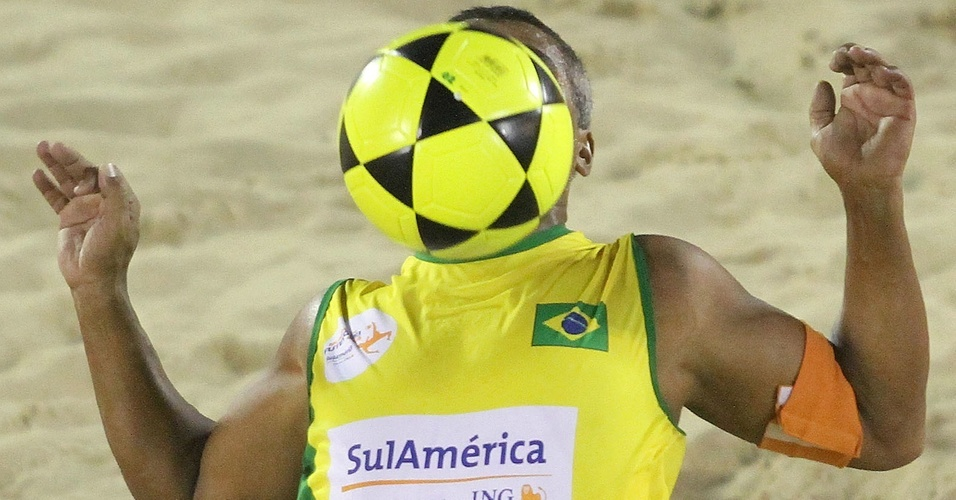 Romário toca com o peito durante partida do Mundial de futevôlei