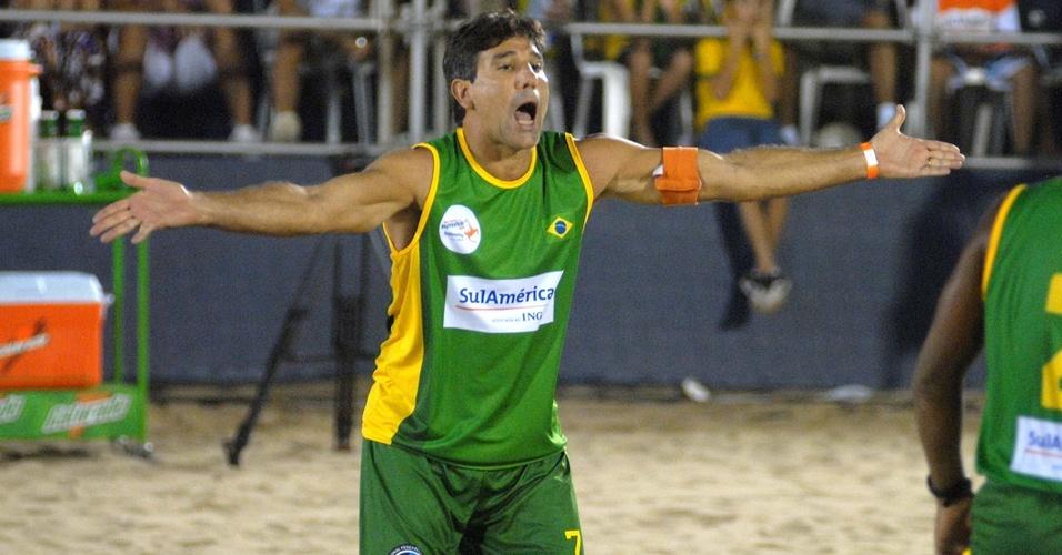 Renato Gaúcho reclama de lance na derrota para Romário na semifinal do Mundial de futevôlei