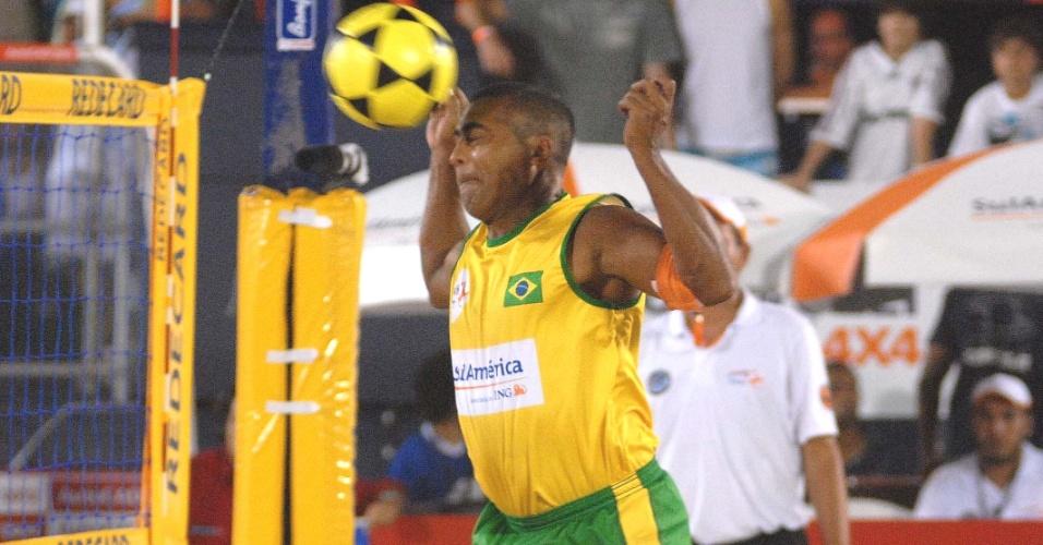 Romário cabeceia a bola na partida contra time de Renato Gaúcho na semifinal do Mundial de futevôlei