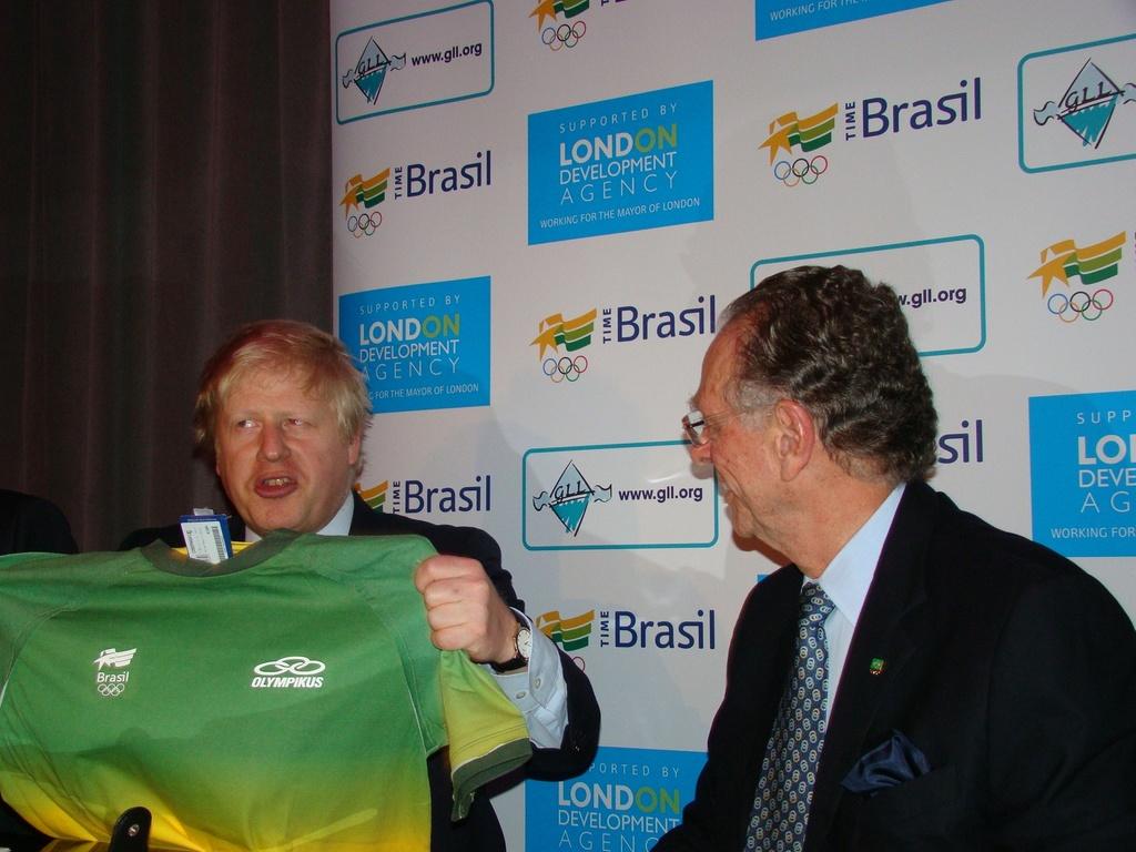 Ao lado de Carlos Arthur Nuzman, prefeito de Londres, Boris Johnson, recebe camiseta brasileira