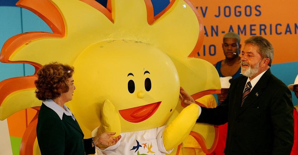 Mascote do Pan de 2007, no Rio, brinca com Lula e Marisa (13/07/2006)