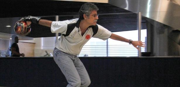 Márcio Vieira, da seleção de boliche, em ação durante o Brasileiro de boliche, em SP