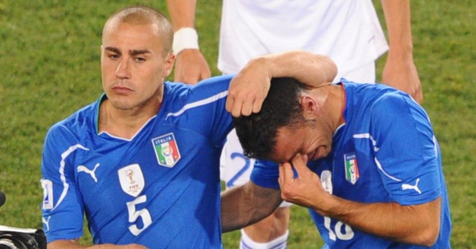 O jogador italiano Fabio Cannavaro (nº 5) consola Fabio Quagliarella após eliminação da Itália na primeira fase da Copa do Mundo 2010 (24/06/2010)