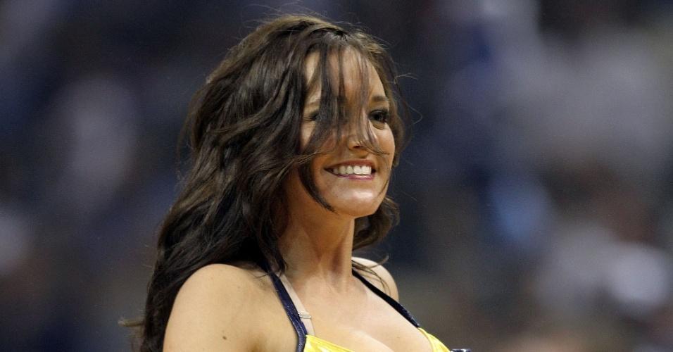 Cheerleader do Memphis Grizzlies dança durante a partida contra o San Antonio Spurs