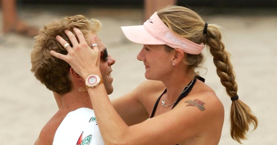 Kerri Walsh parabeniza seu marido Casey Jennings, após vitória; ambos são jogadores de vôlei de praia