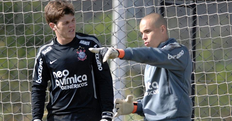 Júlio César (à direita) e Renan disputam a posição de titular no Corinthians