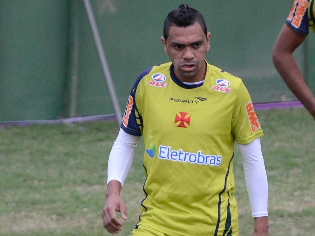 Leandro, atacante do Vasco, exibe seu visual moicano durante treino em São Januário