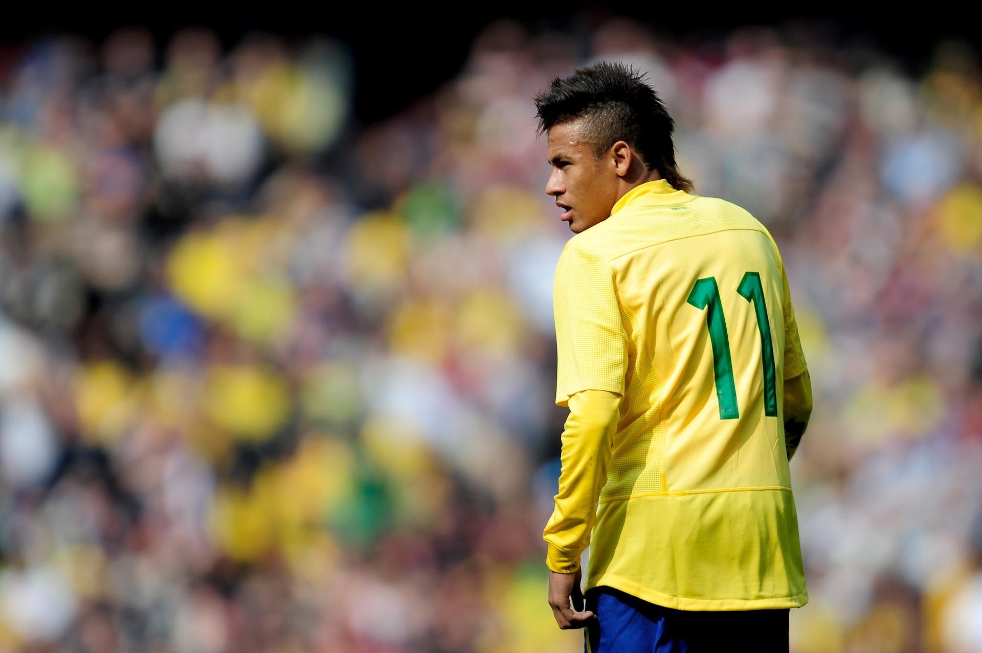 Neymar, o último dos moicanos, mostra seu look em amistoso contra a Escócia