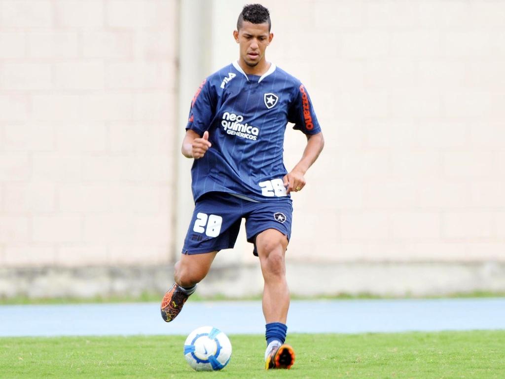 Zagueiro do Botafogo Antônio Carlos mostra o