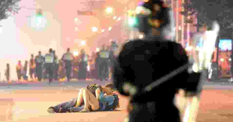 Casal se beija durante confusão nas ruas de Vancouver - Rich Lam/Getty Images