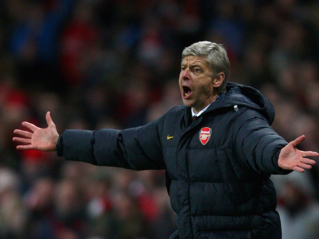Arsene Wenger reclama de falta a favor do seu time, o Arsenal