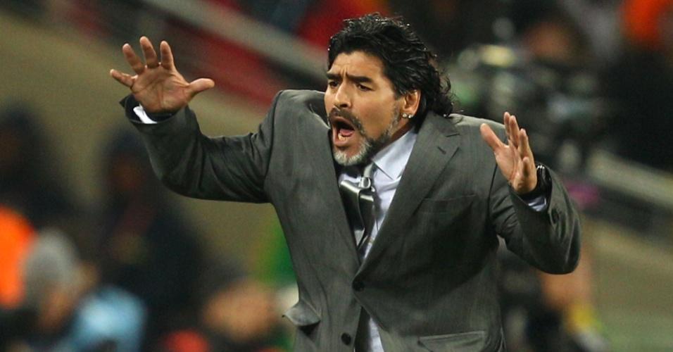 Ex-técnico da seleção argentina Diego Maradona se desespera durante o jogo contra o México na Copa de 2010