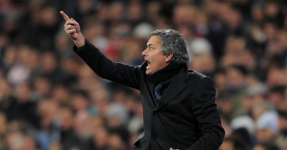 Mourinho, do Real Madrid, reclama com seus próprios jogadores em partida contra o Mallorca no Santiago Bernabeu