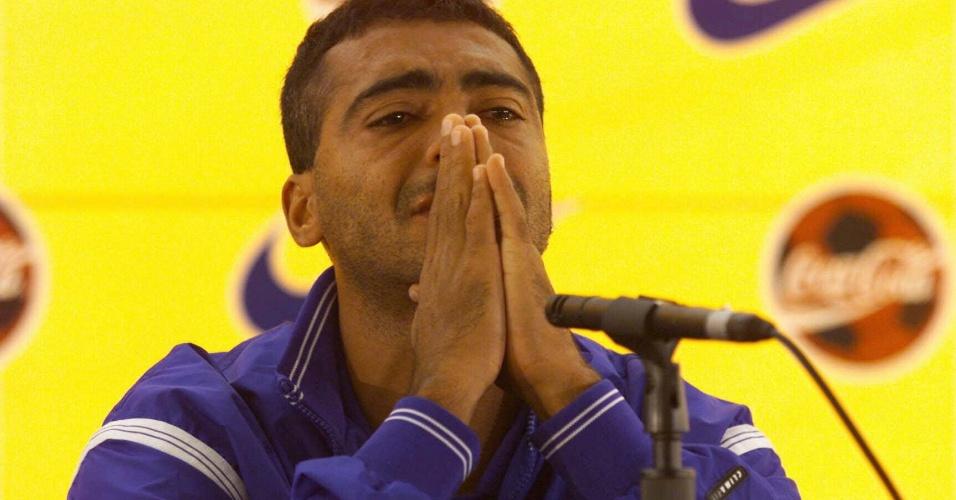 O jogador Romário chora durante entrevista na qual confirmou seu corte da seleção brasileira na Copa do Mundo de 1998