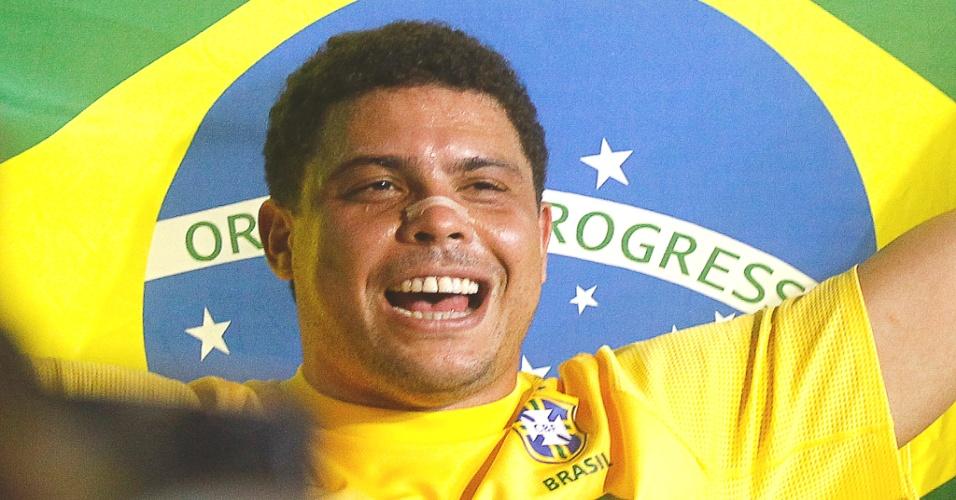 Ronaldo se emociona em sua despedida dos gramados atuando pela seleção brasileira, no Pacaembu
