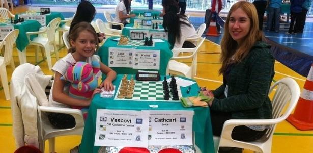 Katherine Vescovi (esq.) enfrenta adversária mais velha em torneio de xadrez sub-18