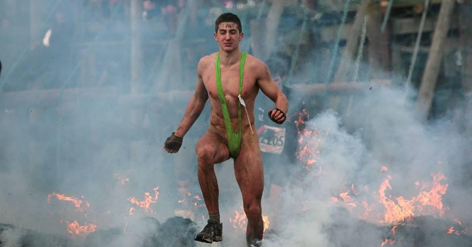 Competidor corre sobre o fogo durante torneio realizado em Wolverhampton, na Inglaterra
