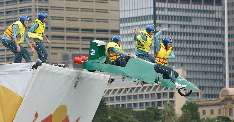 Equipe Thunderbirds decola durante competição Red Bull FlugTag, onde quem fica mais tempo no ar após a decolagem vence, em Sidney, Austrália