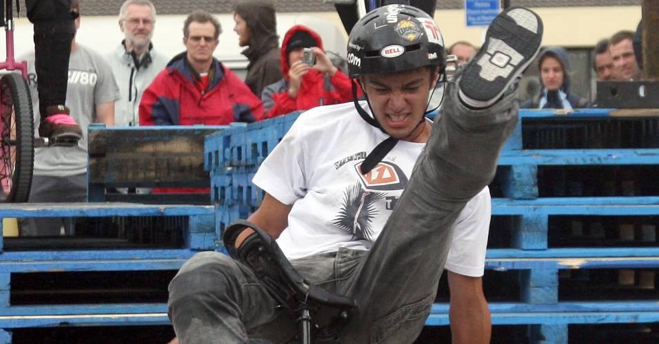 Garoto da Nova Zelândia faz manobra em campeonato street de monociclo em Wellington, Nova Zelândia