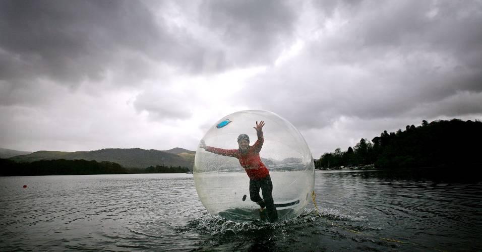Mulher anda dentro de bolha inflável em lago de Kewick, na Inglaterra
