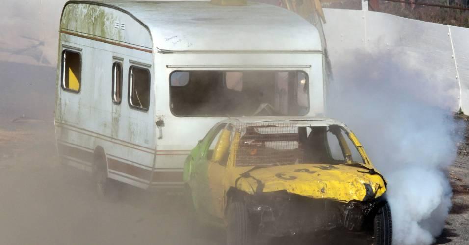 Público se diverte assistindo prova de corrida de carros com trailers realizada na Inglaterra
