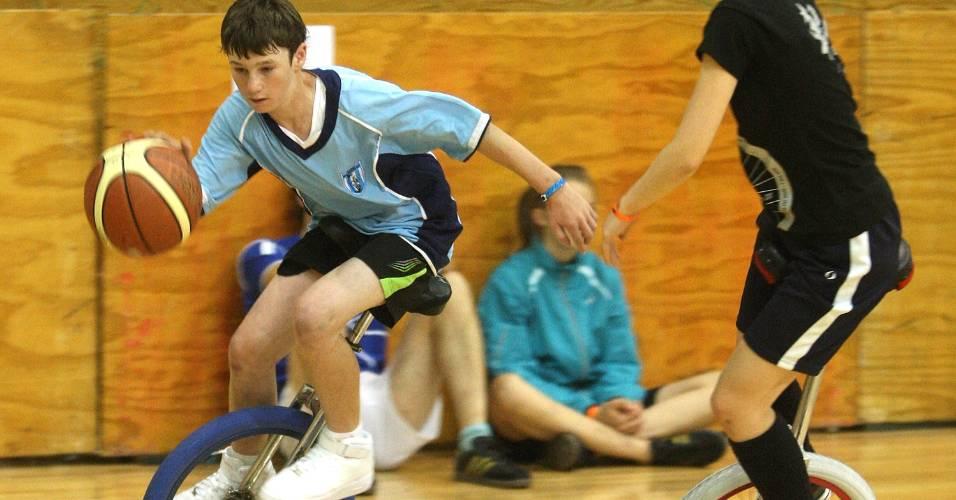 Times de Austrália e Japão disputam partida de basquete no monociclo, na Nova Zelândia