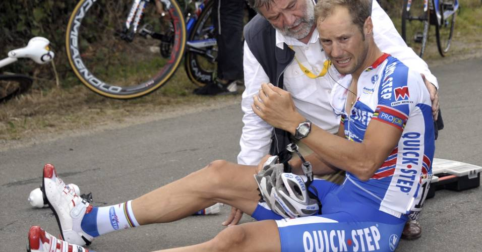 Corredor belga é atendido pelo médico após se acidentar no Tour de France