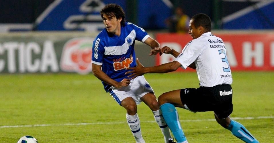 Fabrício tenta vencer a marcação de Gilberto Silva