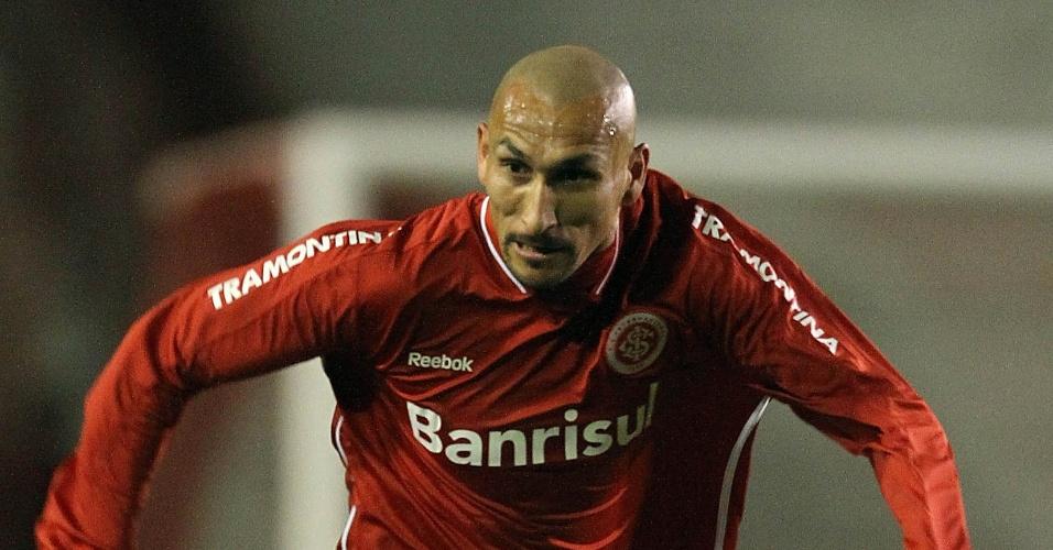 Guiñazu tenta jogada pelo Inter contra o Atlético-PR