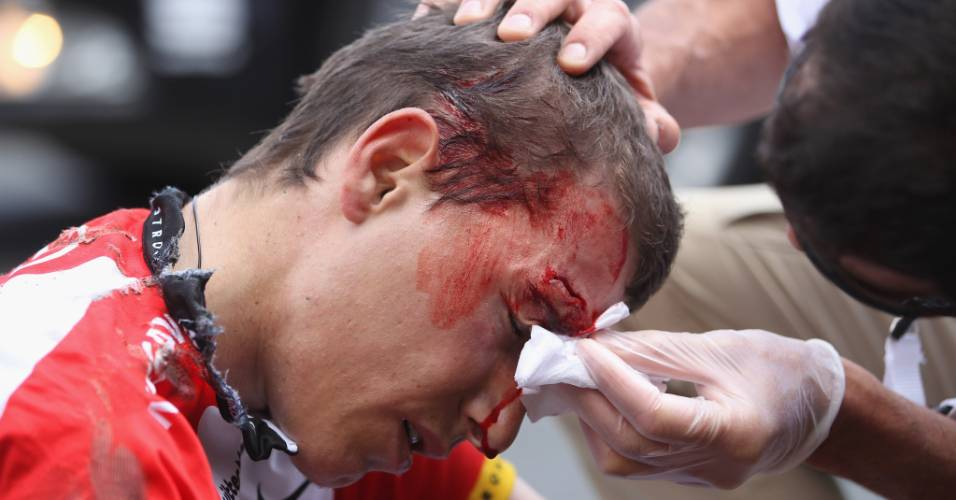 Janez Brajkovic, da Eslováquia, sangra após ter rosto cortado em acidente no Tour de France