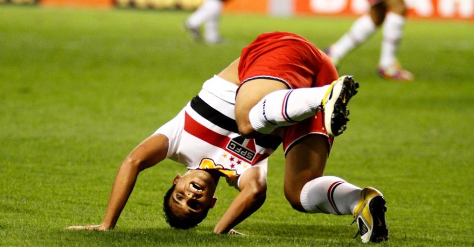Jean fica de ponta-cabeça durante jogada de São Paulo x Flamengo