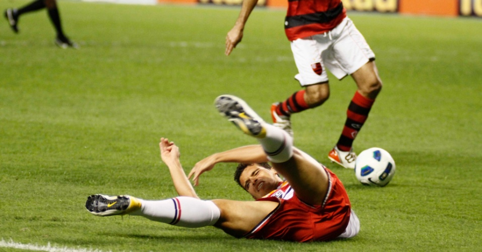 Jean fica no chão durante disputa de bola com rivais do Flamengo