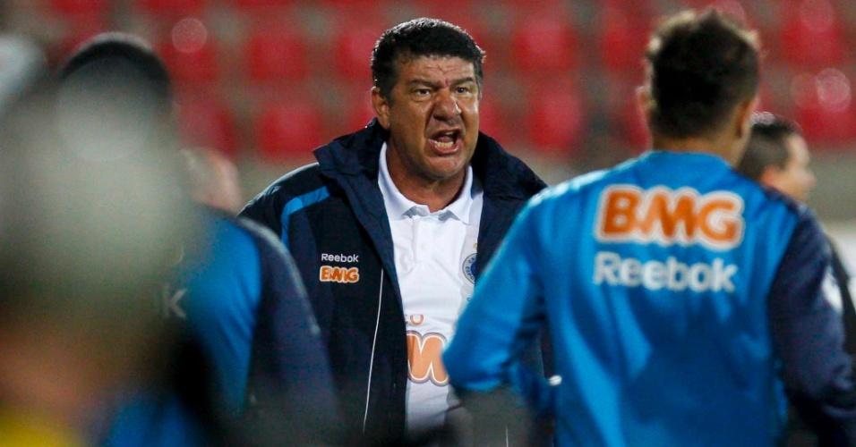 Joel Santana grita com seu time na partida contra o Grêmio, na Arena do Jacaré