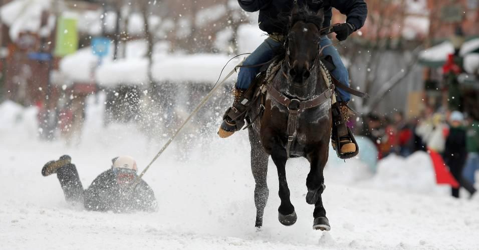 Pessoas são arrastadas pela neve por cavalo em evento realizado em Colorado, Estados Unidos