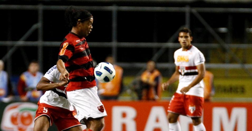Ronaldinho domina e parte para cima de marcador são-paulino pelo Flamengo