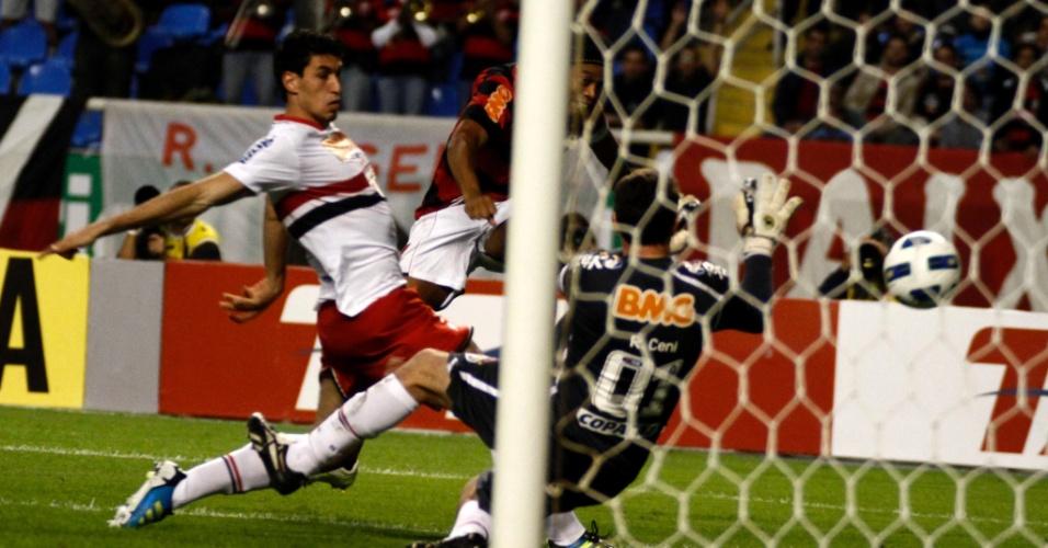 Ronaldinho fica cara a cara com Rogério Ceni, mas desperdiça chance no Engenhão
