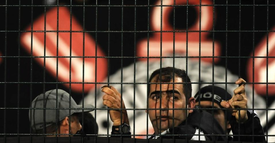 Torcedor do Corinthians acompanha a partida contra o Vasco no Pacaembu (06/07/11)
